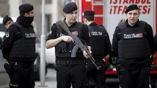 Des forces de sécurité turques, devant le tribunal d'Istanbul, le 31 mars dernier.
