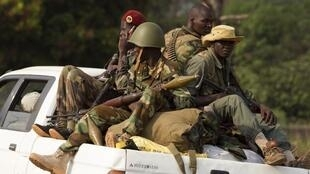 Des soldats de l'ex-Seleka dans un pick-up, au nord de Bangui, en janvier 2014.