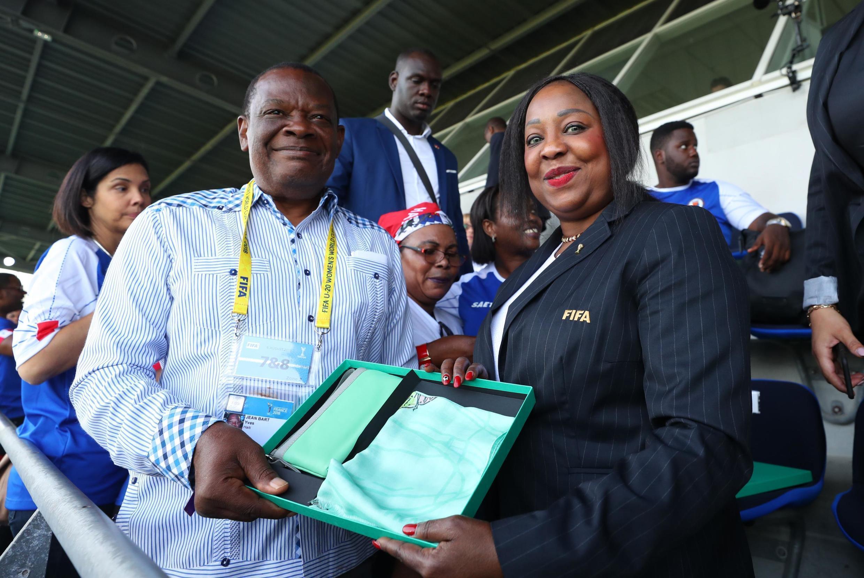 Yves Jean-Bart, président de la Fédération haïtienne de football (G), lors de la Coupe du monde féminine à Saint-Malo, en France, le 6 août 2018,