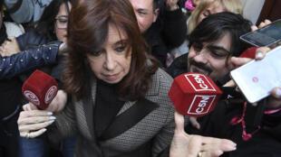 L'ancienne présidente de l'Argentine, Cristina Kirchner, quitte son appartement le 13 août 2018 pour se rendre au tribunal de Buenos Aires, en Argentine. Kirchner comparaît devant le juge chargé de l'enquête sur l'affaire des «carnets de corruption».