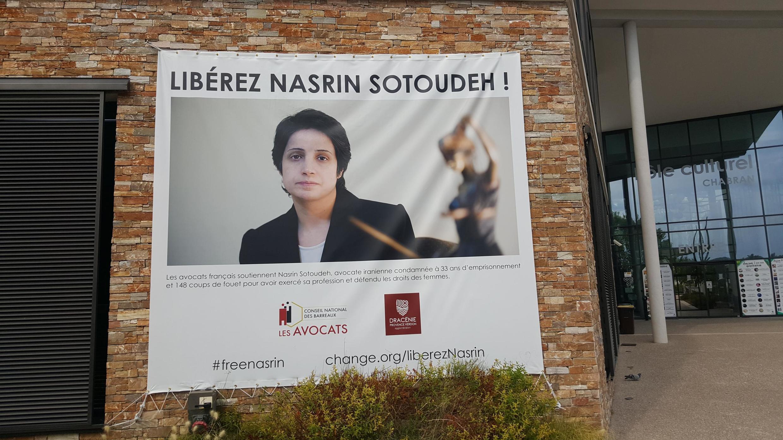 Nasrin Sotoudeh, depuis sa prison, poursuit une grève de la faim qui l'affaiblit.