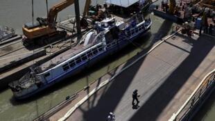 «La Sirène», le bateau hongrois qui a sombré dans le Danube, est sorti de l'eau lors d'une opération de sauvetage à Budapest, en Hongrie, le 11 juin 2019.