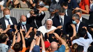 El papa Francisco saluda a los fieles a su llegada para celebrar la audiencia general semanal, en el Vaticano, el 30 de junio de 2021
