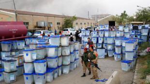 Les urnes de la circonscription d'al-Roussafa, dans l'est de la capitale, après l'incendie d'origine criminelle qui a fortement endommagé le site de stockage.