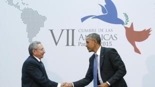 Aperto de mão simbólico dos presidentes de Cuba, Raul Castro, e dos Estados Unidos, Barack Obama, na cúpula das Américas em abril, confirma a aproximação entre os dois países.