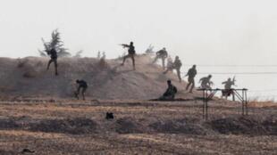 """جنگجویان شورشی سوریه تحت حمایت ترکیه، در دهکده """"یابیسا"""" در نزدیکی مرز سوریه با ترکیه دیده میشوند."""