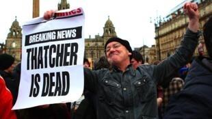 Críticos de Thatcher comemoram, em Londres, a morte da Dama de Ferro.