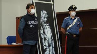 La puerta del Bataclan pintada por Banksy fue encontrada en la región de Abruzos, Italia, el pasado 10 de junio.