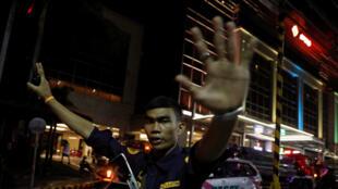 Agente de segurança bloqueia rua de cassino atacado em Manila, no dia 2 de junho.