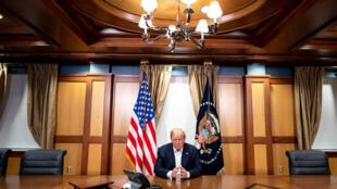 O presidente dos EUA, Donald Trump, no Hospital Militar Walter Reed, em Maryland, em 4 de outubro de 2020.