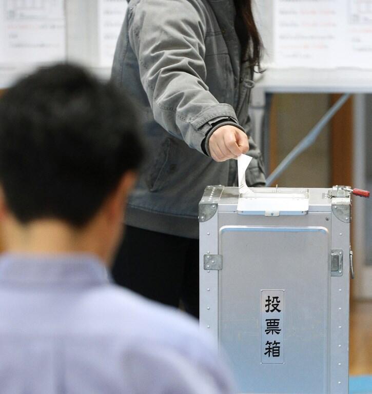 Une station de vote à Ginowan, sur l'île d'Okinawa, ce dimanche 24 février 2019.