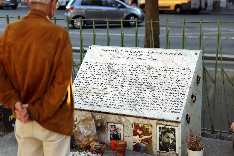 Un hombre mira la placa conmemorativa cerca del Bataclan en París el 3 de septiembre de 2021, donde los yihadistas atacaron y mataron a 90 personas el 13 de noviembre de 2015