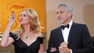 Julia Roberts et George Clooney posent sur le tapis rouge. Ils arrivent pour la sélection du film «le Monstre d'Argent» hors concours au 69ème Festival du cinéma de Cannes. France, le 12 mai 2016.