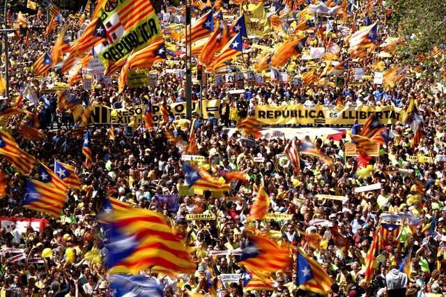Manifestantes participam de protesto em Barcelona para exigir libertação de personalidades do movimento separatista catalão.