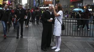Casal na Times Square, em Nova York. A cidade registrou temperaturas bem acima da média nos últimos dias.
