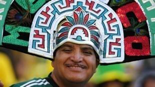 Un supporter de l'équipe du Mexique paré d'un chapeau aux couleurs de son pays fétiche.