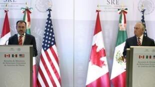 Le chef de la diplomatie américain Rex Tillerson (d) et son homologue mexicain Luis Videgaray lors d'une conférence de presse à Mexico, le 2 février 2018