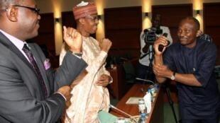Ministan Lafiya Onyebuchi Chukwu da karamin Minista Haliru Alhasan suna gaisuwa daga nesa bayan zantawa da manema labarai game da cutar Ebola a Najeriya
