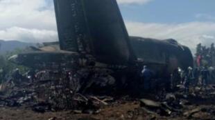 Un avion militaire algérien vu après s'être écrasé près d'un aéroport non loin de la capitale Alger, en Algérie, le 11 avril 2018. (Image prise d'une vidéo).