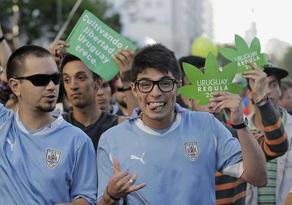 """Participantes de """"la última marcha con la marihuana ilegal"""", el 10 de diciembre de 2013 en Montevideo."""