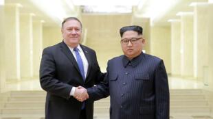 Le secrétaire d'Etat américain Mike Pompeo reçu par le président nord-coréen Kim Jong-un, le 9 mai 2018 (photo d'archives).
