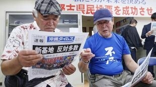Dân địa phương Okinawa đọc báo về kết quả trưng cầu dân ý về việc di dời căn cứ quân sự Mỹ trong Okinawa ngày 24/02/2019.