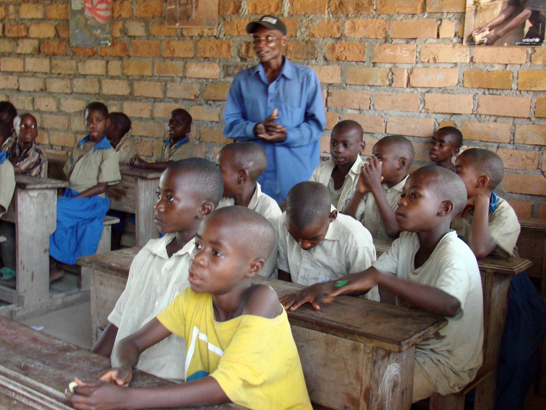 Alunos em sala de aula com professor