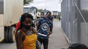 Viajeros esperan el resultado de sus test de covid-19 en el control fronterizo sudafricano de Beitbridge, el 8 de enero de 2021