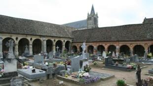 Cemitério de Montfort l'Amaury que data do século XII com claustro interno inscrito como monumento hitórico desde 1875.