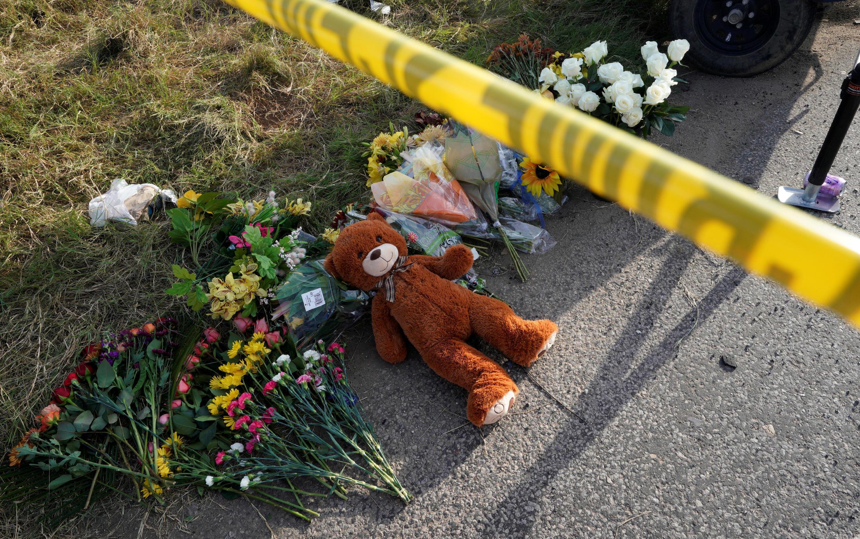 Người dân đặt hoa tưởng niệm các nạn nhân trong vụ thảm sát ở Sutherland Spring, Hoa Kỳ.