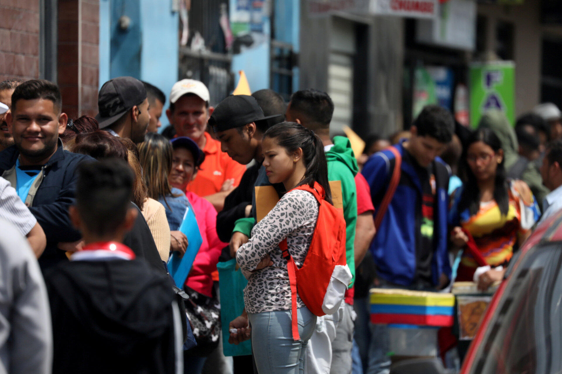 Venezolanos hacen cola para obtener permiso de residencia temporal en Lima. Octubre de 2018. Archivo.