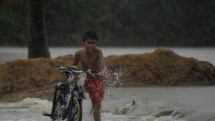 Le typhon Koppu a touché le nord des Philippines, accompagné de rafales soufflant jusqu'à 210 km/h et de pluies torrentielles.
