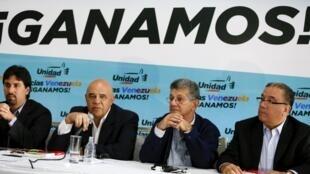 Jesus Torrealba, secrétaire général de la coalition d'opposition, durant une conférence de presse à Caracas, le 11 décembre 2015.