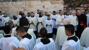 在伯利恆耶穌誕生教堂前唱祈禱歌的信徒