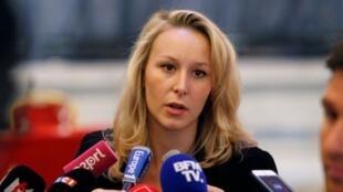 """ماریون-مارشال لوپن، نوه دختری """"ژان-ماری لوپن"""" بنیانگذار حزب راست افراطی """"جبهه ملی""""، یکی از معدود نمایندگان این حزب در پارلمان فرانسه میباشد."""