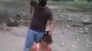 La vidéo montre la décapitation d'une femme en direct