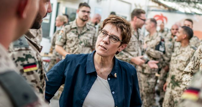德國國防部長卡倫鮑爾資料圖片