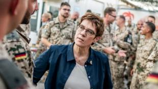 德国国防部长卡伦鲍尔资料图片