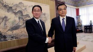 中国总理李克强4月30日与日本外相岸田文雄会面