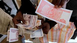 Cuba está abandonando su sistema de dos monedas, una reforma necesaria pero arriesgada después de más de 10 años de debate sobre el tema.
