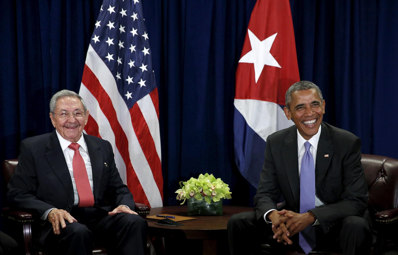 Президент США Барак Обама (справа) и президент Кубы Рауль Кастро на Генассамблее ООН в Нью-Йорке, 29 сентября 2015.