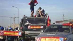 Manifestants nationalistes vietnamiens sur le site de l'aciérie taïwanaise de Formosa, dans le centre du Vietnam, où un ouvrier chinois a été tué dans la nuit de mercredi à jeudi. Selon