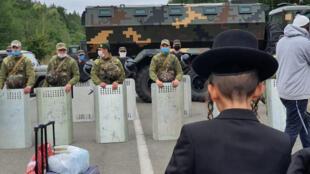Des pèlerins juifs face aux forces de sécurité ukrainiennes, le 15 septembre 2020.