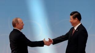 Tổng thống Nga Putin (T) và Chủ tịch Trung Quốc Hồ Cẩm Đào trước buổi khai mạc Hội nghị Cấp cao Diễn đàn về Hợp tác và Củng cố lòng tin châu Á lần thứ 4, Thượng Hải, 21/05/2014.