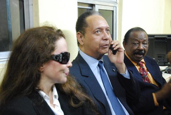O ex-présidente Jean Claude Duvalier, Baby Doc (à direita), volta ao Haiti em meio à crise política que atinge o país.