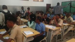 Des candidats au baccalauréat prennent place dans leur salle d'examen (illustration).