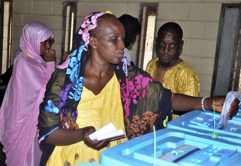 Eleirtores votando nas eleições legislativas, regionais e locais, de 1 de setembro 2018, na Mauritânia