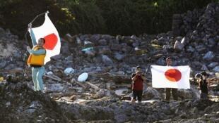 Японские флаги на архипелаге Сэнкаку