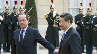 Le président français François Hollande accueille le président chinois Xi Jinping, à l'Elysée le 26 Mars 2014, à Paris.