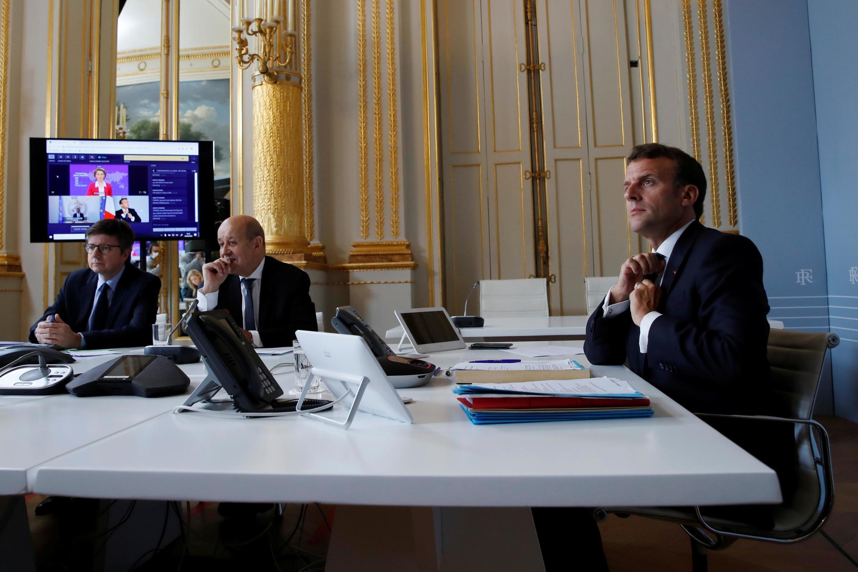 Le président français Emmanuel Macron assiste à une vidéoconférence internationale sur un vaccin contre le coronavirus avec le ministre des Affaires étrangères Jean-Yves Le Drian à l'Élysée, le 4 mai 2020.